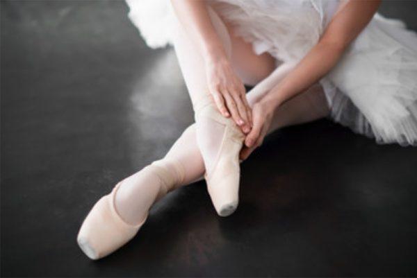 tying pointe shoe